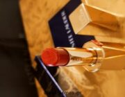 diagonismos-me-doro-ena-set-este-lauder-me-to-kragion-pure-colour-desire-rouge-excess-lipstick-kai-to-molybi-xeilion-double-wear-stay-in-place-lip-pencil-3-nikitries-apo-ena-set-310464.jpg